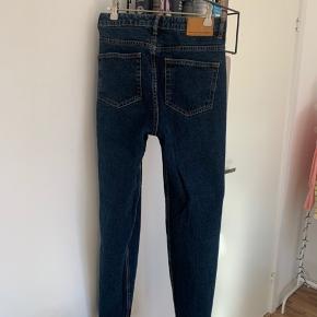 Sælger lækre Zara mom jeans da de er blevet for små til mig. De er i en mørkeblå farve, hverken lynlås eller anden fejler. De sidder helt perfekt på en str xs-s🤍