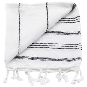 Normal pris pr stk 120 kr - Min pris for 2 stk 110 kt Meraki Hammam Towel White W. Black Stripe er et virkelig fint lille håndklæde i den blødeste bomuldskvalitet. Dette lille håndklæde er perfekt at bruge som gæste-håndklæde på badeværelset eller som håndklæde i køkkenet. Det er et meget kompakt håndklæde, som i øvrigt gør det ideelt at have med i kufferten, fordi det er meget pladsbesparende i forhold til andre håndklæder. På trods af den lille størrelse, har det en fantastisk sugeevne, og så tørrer det igen på rekordtid. Det er hvidt med sorte striber, og som en lille detalje, som man ofte ikke ser på håndklæder, så er den med små kvaster i begge ender, som giver et super dekorativt look.  Detaljer:  Håndklæde 100% bomuld Mål: 85 cm x 45 cm Pladsbesparende Perfekt til kufferten God sugeevne Hvidt med sorte striber Med kvaster i begge ender Kan maskinvaskes på 60 grader