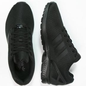 Disse sneakers er så gode som nye. Brugt meget kort 2 gange. Nypris 749 kr.