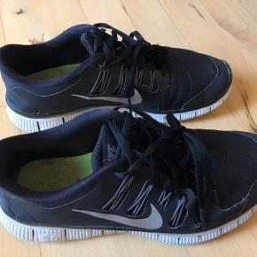 Nike Free 5.0 sorte str. 40 1/2. De har været brugt, se billeder. Noget slitage ses derfor som følge af brug. Np. 900,-  Se mine andre annoncer, har flere sko og skovler til salg.   #30dayssellout   82,- + fragt. Sender med Dao via Trendsales kr. 37,-   Bytter ikke. BYD gerne 🌟 Giver mængderabat 🌸