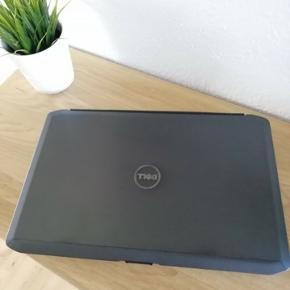Har denne lækre Dell 5530 til salg, i velkendt Dell kvalitet. Bærbaren står rigtig fin både udvendig samt indvendig. tastatur m.m. står super flot.  Allround computer, perfekt til hjemmet, kontoret eller børneværelset - klar til multimedier (internet, email, film mv.) bemærk, at den og leveres med nyeste Office 2019 Pro Plus DK.   Enheden har for det meste været tilsluttet en dockingstation - grundet dette har tastatur m.m. fået minimal slitage og står derfor rigtig flot.  Dell 5530 · Intel Core i3-3110M 2.4GHz · 8GB RAM · 120GB SSD · 15.6'' 1920x 1080 HD LED · Intel HD Graphics · CDRW/DVDRW · Intel 802.11abgn wireless · 1Gb Ethernet · 6c Li-Ion batteri, som holder strøm i op til 4 timer.  Kommer frisk installeret med: · Windows 10 Pro, Dansk · Office 2019 DK Pro Plus (Værdi: 899,-) · Begge er permanent registreret.  Den er opsat og installeret af en professionel IT kyndig person, med mange års erfaring fra IT branchen.  Befinder sig i 6710 Esbjerg V, afhentet.  Medfølger: · Dell 5530 · Original Dell strømforsyning · Ekstra batteri, som holder strøm i 3 timer  Følgende opgradering tilbydes:  · 240GB SSD i stedet for 120GB: 400kr  OBS: · Fast pris · Mobilepay eller Bank overførsel. · Pc'en kommer fra et ikke-ryger hjem. · Befinder sig i 6710, kun afhentning.