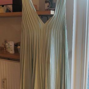Rigtig sød kjole fra Ganni. Det er en one size og passes fra small til large ville jeg sige :) Den er et fejlkøb købt herinde, da farven desværre ikke klæder mig, så jeg håber en anden kan få glæde af den.