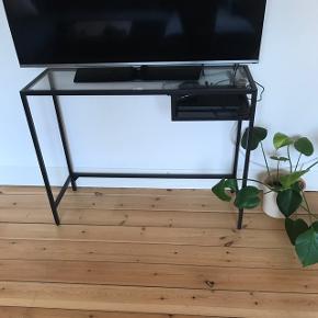 Skrivebord fra IKEA. Kan også bruges som tv bord, bar eller noget helt tredje.