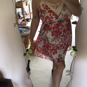 Smuk blomsterkjole fra vero Moda med flotte blondedetaljer både foran og bagpå. Brugt 2-3 gange. Str.Xl