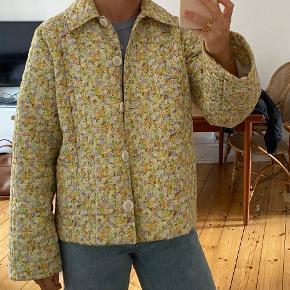 Den populære Encornelia Jacket fra Envii. Det er en str. s og der er godt med plads i den. Jeg er normalt en xs. Den fremstår helt som ny! Kan afhentes på Nørrebro, sender også gerne - køber betaler fragt. Vil gerne så tæt på købspris som muligt.💛💚