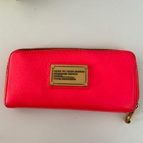Pink pung fra Marc By Marc Jacobs. Den er brugt, men stadig god. Få slidmærker, men ellers intet