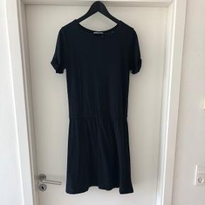 Sød, mørkeblå kjole fra Stig P. Str L men passer også M