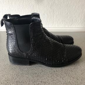 Super lækre støvler. Gode men brugte. Fejler ikke noget. Har fået en ny hæl på så de er klar til brug.