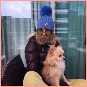 MINDSTEPRIS: 1500 kr. plus porto PRIS I HURTIG HANDEL: 1450 kr. plus porto(Ingen yderligere spørgsmål, forhandlinger, mål eller billeder)   Mine priser er faste, men der gives mængderabat ved køb af flere ting 😺  ____________  Mørkebrun skijakke fra Dolomite. Jakken har en ægte pelskrave, elastik i taljen og lommer med lynlås. Købt i Skishop i Hellerup for 3200 kr. Originale tags med oplysninger og ekstra knapper medfølger.  Størrelse: XS  Fit: Normal  Materiale: 80% Down, 20% Feather  Stand: Haft den på ca. 3-4 gange  Fejl/Mangler: Så fin stand, som ny Længde (målt det længste sted, liggende fladt på gulvet): Ca. 70 cm  Brystmål (målt det breddeste sted, liggende fladt på gulvet): Ca. 45 cm  Ærmelængde (målt det længste sted, liggende fladt på gulvet): Ca. 58 cm  ___________   Handler med Tradonos handelssystem med forsendelse med DAO, så køber er forsikret og får landets laveste portopris. Det er ikke muligt at mødes. Hvis du gerne vil købe, men ikke betaler med det samme, forbeholder jeg mig retten til at sælge til en anden side i mellemtiden, hvis du bliver overbudt. Jeg bytter ikke. - Maxine Madeleine 😘✌️🌈