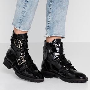 Jeg sælger disse mega fede og unikke støvler. Materialet er sort glans kinda så de holder mega godt både i regn og sne. De sidder meget flot på og ser ekstrem cool ud. De er aldrig brugt og der findes kvittering med til og selvfølgelig i kasse. De er derfor naturligvis også under deres 2 års reklamationsret. ♥️ - Prisen er fast!