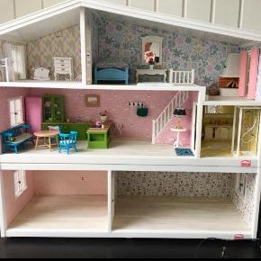 Lundby dukkehus med ekstra underetage.Der er lys i køkkenelementer, badeværelse og en lampe. Udover det på billedet, medfølger transformator, to babydukker i højstol og skråstol samt lille æske med småting.