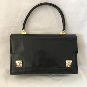 Vintage kelly style 60's bag. From a Spanish brand Areitio. Leather material.