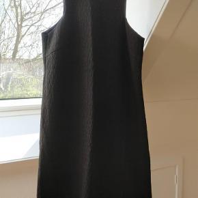 Varetype: Super smart kjole Farve: 249 Prisen angivet er inklusiv forsendelse.