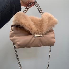 Stella McCartney taske - faux pels. Taget i brug 2 gange, så den er stadig helt som ny.