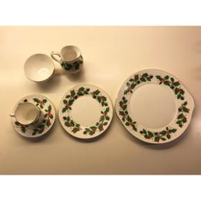 Royal Grafton julestel9 kaffekopper med underkopper 9 kagetallerkener  1 sukkerskål 1 flødekande 1 kagefad  Julestel købt i Illums Bolighus.  Ingen skår eller hakker.  Sælges for mine bedsteforældre, så skal afhentes i Søborg.