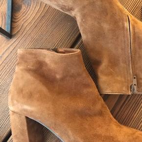 Rigtig fine støvler med hæl i ruskind.
