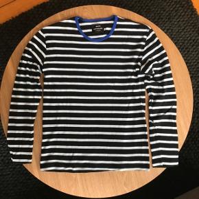 Sort og blåstribet Mads Nørgaard Trio Rib Tobias Long – T-Shirt str. M (dog lille i størrelsen). Brugt og vasket 1 gang. Fejler ingenting.