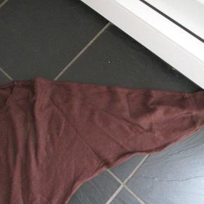 Flot bluse fra Ilse Jacobsen Hornbæk, str L Er i en rigtig blød og lækker kvalitet (45% Viscose 40% Nylon 25% Modal). Går ned over enden og har en lille slids i enderne.  Hel længde ca 77 cm. BM ca 2 x 52 cm uden att strække i stoffet. Passer fint mig som er str L.  Er kun brugt/vasket ganske få gange. Får den ikke brugt, derfor skal den videre til en anden.  Se også mine flere end 100 andre annoncer med bla dame-herre-børne og fodtøj