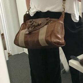 Sjælden Vintage Mulberry taske i tykt læder. Købt for 10 år siden for 8.500-10.000kr. Kvittering haves ikke.   ✨ Vurderes til min. 3.500kr ( Mulburry butik på strøget i København i feb. 2018)  ✨Er villig til at gå under vurderet pris, så kom med et bud 👍🏼☺️  📬 Køber betaler for forsendelse 📬