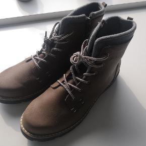 Gode, hårdføre og varme vinterstøvler med snørebånd og lynlås i brun til herrer fra H&M med for.  Støvlerne er blevet prøvet på indenfor én gang og fremstår, og er, helt nye.  Skoens udvendige materiale er af læder, mens inderforet er af bomuld.  Støvlerne er købt i oktober 2017 på H&M for 479,- og sælges her for 200,-.