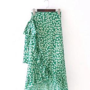 Super fin grøn blomstret nederdel. Ukendt mærke