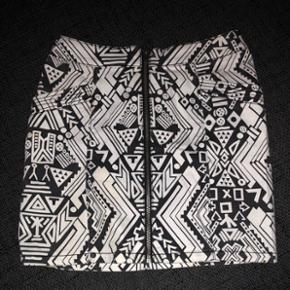 Super fin nederdel fra H&M str. 34 brugt få gange.   Køber betaler fragt 🌺