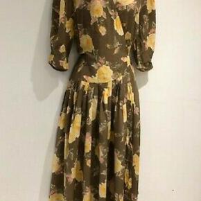 Sød vintage - retro kjole i gule og brune farver. Slå om kjole fra 1980'erne. Str 38. Kjolen fremstår som ny.