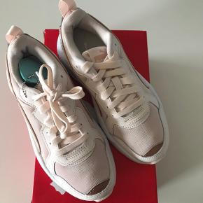 Super fine sneakers fra Puma - model x-Ray Metallic wn's. Farve - rosewater-Rose Gold-White.  Aldrig brugt!