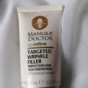 """Div makeup/beauty produkter sælges samlet. -Monki eyeliner kobber/metallic Næsten ny -Sephora velvet eyeshadow i Divine Black Næsten ny -H&M øjenskygge. Mørkeblå """"firmament""""  Næsten ny -Elf blusher Innocence  Slidt -Tokyomilk bee balm jasmine lip balm Slidt -Manuka Doctor wrinkle filler Rest -Eye liner topshop blå slidt Easysun self tanning towelette"""
