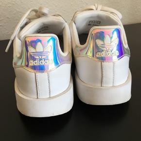 Adidas Superstar. Brugt få gange. Str 41 1/3. Få brugsspor.  Kan sendes på købers regning eller hentes i Helsingør eller på Frederiksberg.