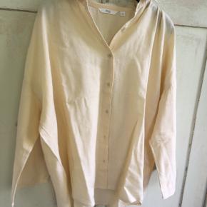Fin gul skjorte fra Uniqlo i oversize-str 36/S. Den er lavet af rayon/linen. Længde: 60 cm, brystmål: 2x55 cm. Bytter ikke. Sælges for 237 kr inkl porto. Se også mine andre annoncer!!!