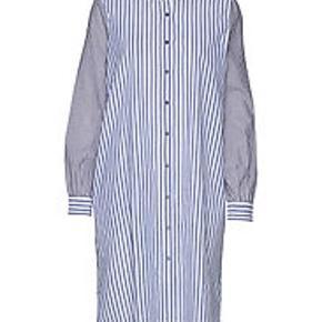Skjorte i blå og hvid striber. Har bælte, der kan bindes. Er str L/40  Har løs pasform. Måler 111 cm i længden og ca 2 x 64 cm omkring brystet  Sælger meget andet fra andre mærker fx rabens saloner, day, custommade, project aj 117 m.m.