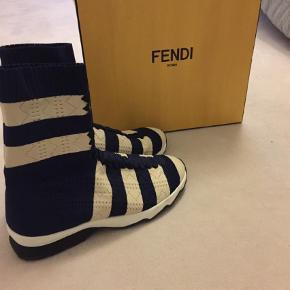 Varetype: Støvler Farve: Blå Oprindelig købspris: 5500 kr.  Super fede FENDI støvler sælges. De er i elastik og sidder fantastisk på foden.  Farven er navy og creme. Er brugt 3 gange. Handler gerne via mobilepay