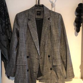 Sælger denne fine only blazer, da jeg ikke får den brugt.. standen er som helt ny. Byd gerne:))
