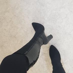 Nye støvler  Højde: 9 cm Støvlens længde fra top til start af hæl 38cm