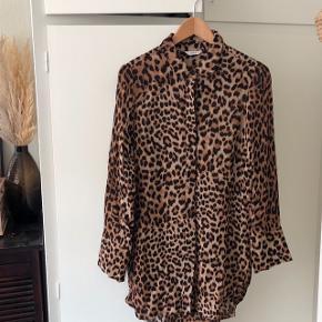 Lækker, lang bluse med leopard-print i rigtig fin stand <3  Detaljer: dyre-print, brun, sort, krave