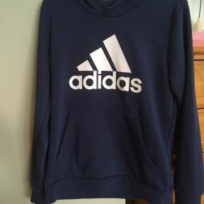 Blå hoodie med lomme - både til dreng og pige .Brugt få gange -fejlkøb. Sender gerne for egen regning