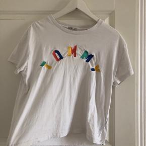 Sød t-shirt fra Tommy Hilfiger, har været rigtig glad for den, men bruger den ikke længere :) byd