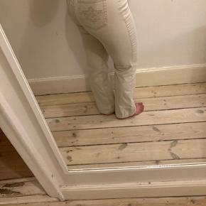 00'er-bukser med detaljer på baglommen, sidder super godt BYD endelig