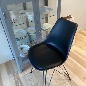 Sælger stol inklusiv lammeskind.