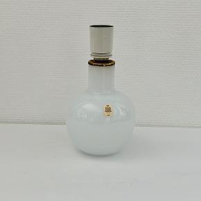 Boule bordlampe i opalglas. Designet af Michael Bang for Holmegaard glasværk i 1978. Højde: 22,0 cm. Diameter: 15,5 cm. Fremstår med aldersrelateret patinering af messingdele. Prisen er ekskl skærm