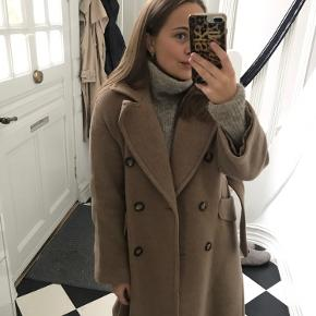 Skøn oversized uldfrakke fra H&M Exclusive (Manteco / Recycled Wool). Perfekt stand.