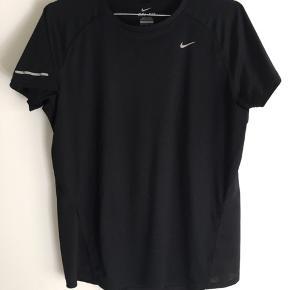 Nike Pro t shirt  Str. L  Super behagelig Nike t shirt, skønt til en løbetur/ tur i fitness, da der er huller til luft i begge sider af hoften🌸  Pris. 100,-
