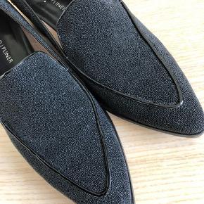 Donald J. Pliner Flats med lak detaljer og sort perle belægning, super flotte og eksklusive i udtrykket. Kan bruges både til jeans og kjoler.   Kun været brugt få gange.  #30dayssellout