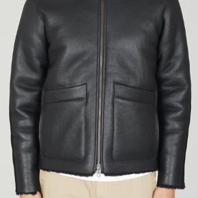 Lækker shearling jakke fra Folk. Kun brugt 2 gange. Normal i størrelsen. Sælges grundet køb af ny. Ikke interesseret i bytte. Nypris 11000kr.