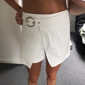Hvide shorts fra Zara. Brugt få gange. Kom med et bud:)
