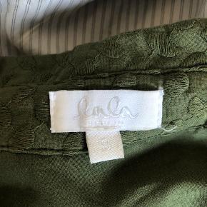 Super fed lala Berlin skjorte! Den har kun været på enkelte gange, så stadig som ny. Sælger da jeg desværre ikke bruger den så meget, som jeg havde forventet. Nypris var 2400kr, så et kæmpe steal at købe den her! BYD!