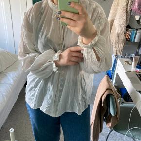 Super smuk halvgennemsigtig bluse fra H&M med smukke detaljer foran, på ærmer og på hals. Gør sig særligt godt til layering - eksempel ses på billede 3.   Kan købes over TS, eller afhentes på min adresse i Rødovre.