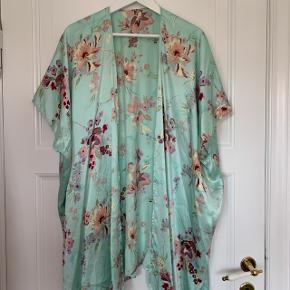 🌸🌸🌸 Sælger denne vildt flotte kimono. Den er specialsyet i Kina af 100% silke. Så flot til et par jeans eller over en kjole.  Kan passes af alle Kom med et bud!  🌸🌸🌸