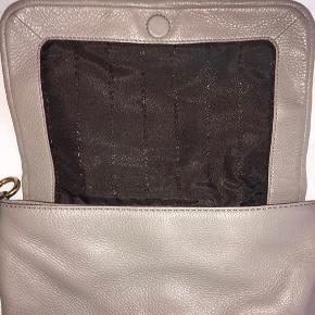 skuldertaske fra Marc by Marc Jacobs - næsten ikke brugt - købt for 1925 kr - sælges for 800 kr inkl fragt 🐌
